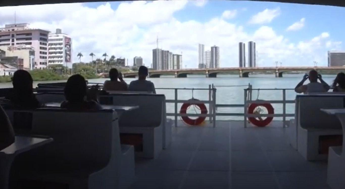 Passeio de catamarã é oferecido diariamente em Recife