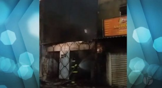 Suspeito de atear fogo em loja de consertos é preso; crime foi filmado