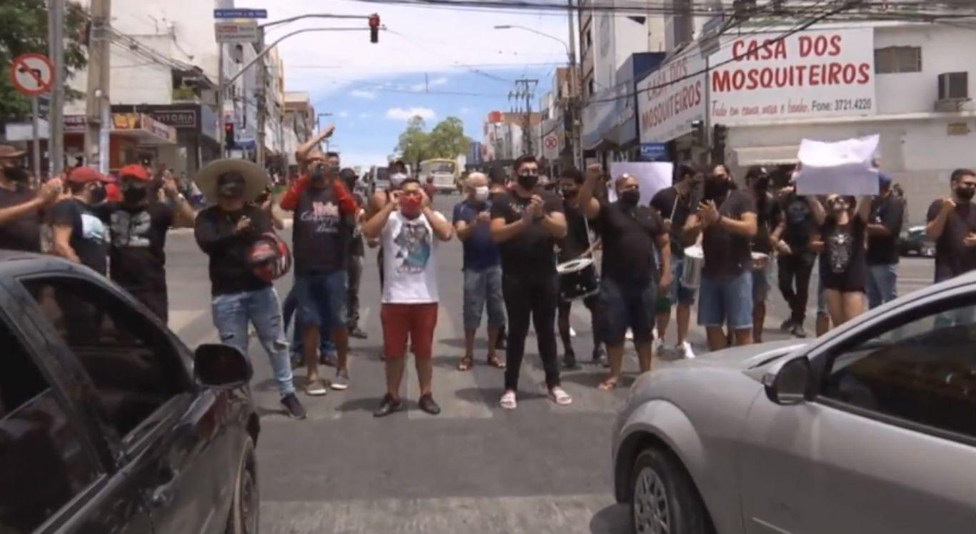 Músicos realizaram protesto no centro de Caruaru
