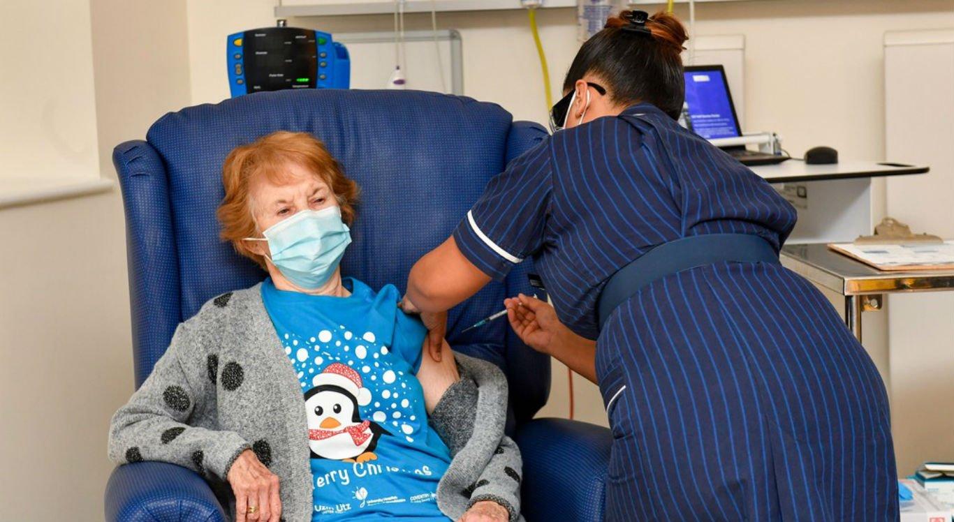 Margaret Keenan, 90 anos, foi primeira a receber imunizante
