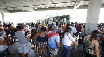 Aglomerações nesta quarta (9) no terminal da Macaxeira, Zona Norte do Recife.