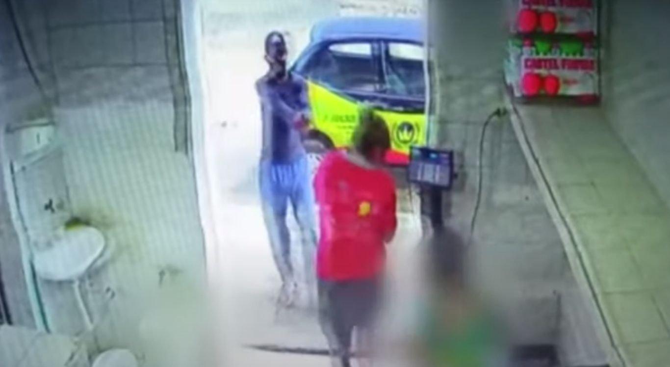 A vítima entrou no estabelecimento para se pesar em uma balança, quando foi surpreendida com a chegada de um suspeito, que efetuou disparos de revólver na sua direção