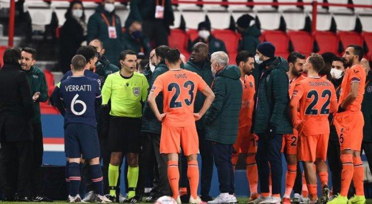 Jogadores protestam contra caso de racismo ocorrido em campo na partida da Liga dos Campeões