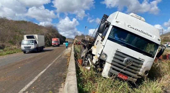 Acidente envolvendo caminhão carregado com mangas interdita faixa da BR-232