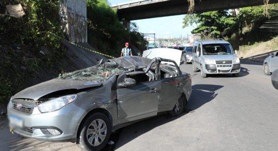 Carro cai de viaduto da BR-101, no Recife, e deixa 3 pessoas feridas