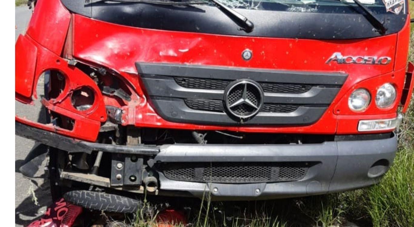 Com o impacto, o corpo do motociclista ficou embaixo do caminhão já o motorista deste último nada sofreu