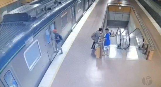 Vídeo: homem se pendura em porta de vagão do metrô e tem perna esmagada