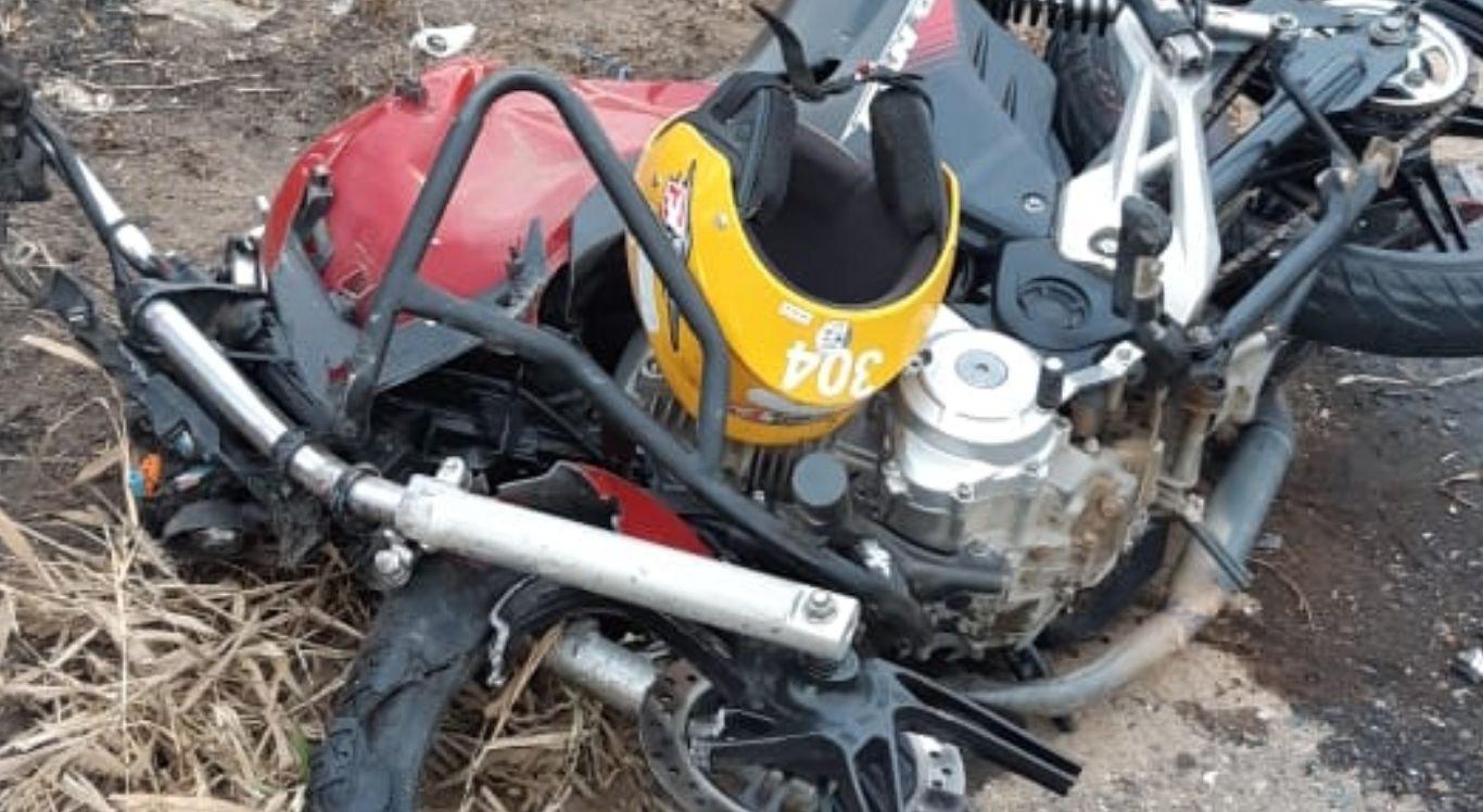 Com o impacto, o condutor da motocicleta morreu no local já o motorista do automóvel fugiu e ainda não foi localizado