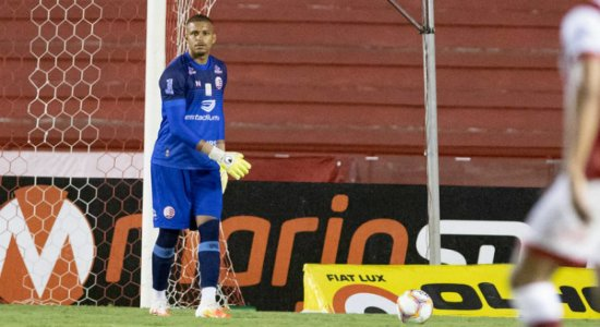 Mesmo com desfalques, goleiro do Náutico está confiante em vitória diante da Chapecoense