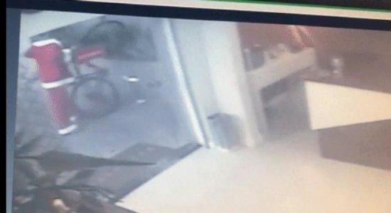 Homem vestido de Papai Noel furta bicicleta; veja vídeo