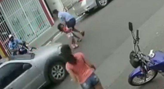 Vídeo: jovem se joga em frente de carro para salvar irmã de apenas 3 anos de atropelamento