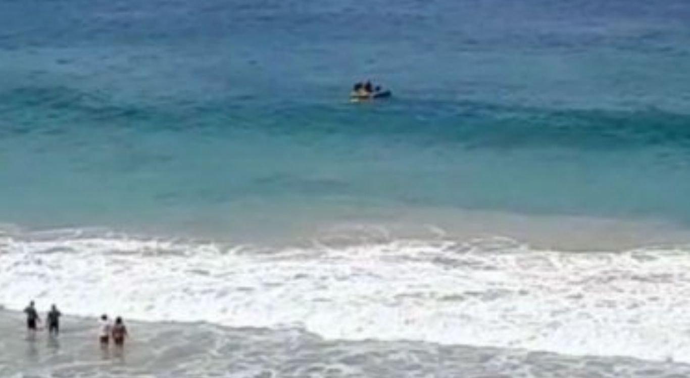 A vítima foi resgatada do mar em um bote da Marinha e levada ao Porto de Santo Antônio