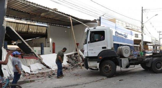 Motorista de caminhão perde controle e invade oficina mecânica em Jaboatão dos Guararapes