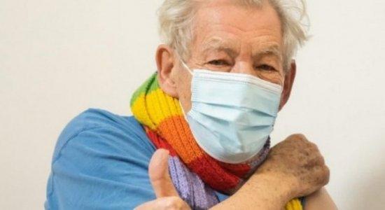 Confira o relato de Ian McKellen primeiro ator a se vacinar contra a covid-19 no Reino Unido