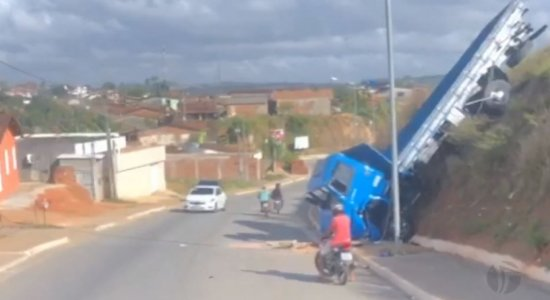 Motorista de caminhão perde controle e cai em barranco em Paudalho; Oito pessoas ficam feridas
