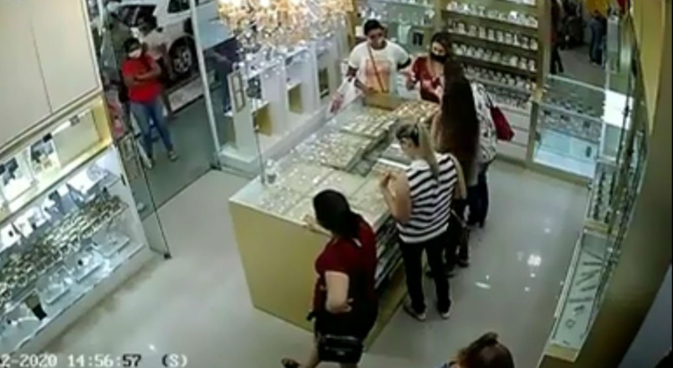 Suspeitas furtaram joias avaliadas em R$ 20 mil