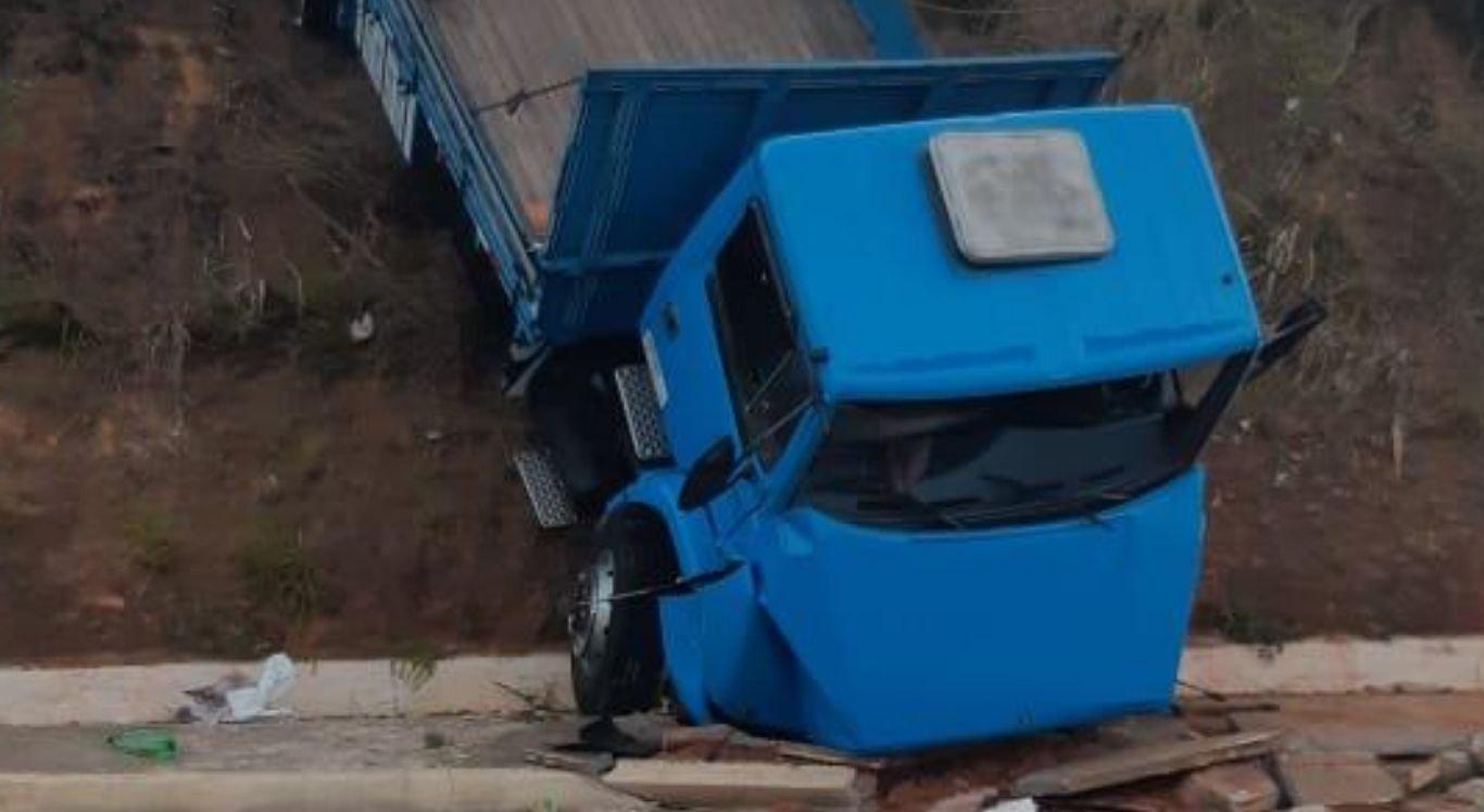 Com impacto, caminhão caiu ribanceira