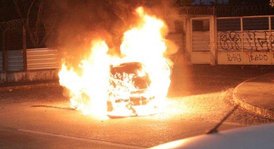 Carro pega fogo na Avenida Recife, Zona Sul da cidade