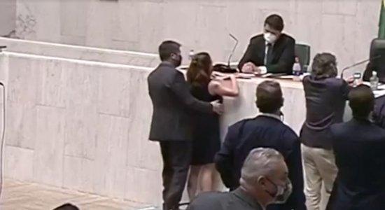 Deputada é apalpada por colega durante sessão parlamentar; veja vídeo