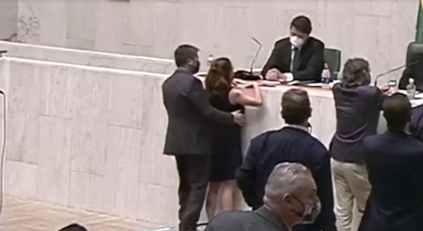 Isa Penna foi apalpada por deputado