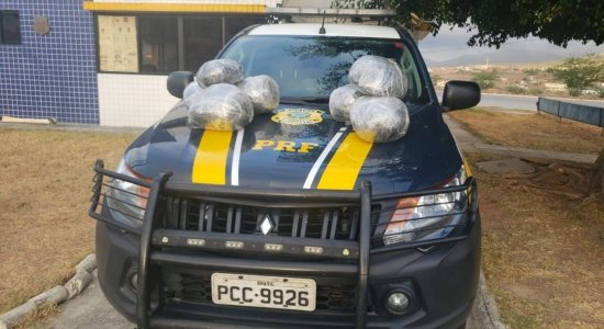 Após receber ordem de parada da PRF, em São Caetano, motorista foge e arremessa maconha do carro