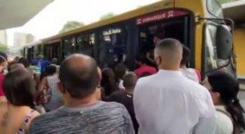 A greve dos motoristas e cobradores de ônibus do Grande Recife teve início nesta terça-feira (22).