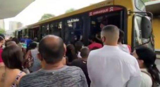 Greve de ônibus: aglomeração e transtorno marcam volta para casa nesta terça (22)