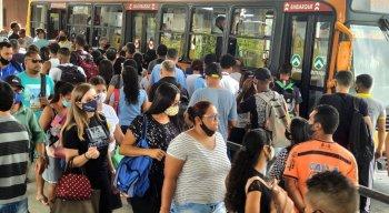 Filas longas e poucos ônibus no Terminal Integrado de Joana Bezerra