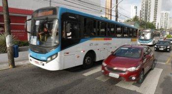 Ônibus circulando na Avenida Norte em curto intervalo de tempo, nesta quarta-feira (23)