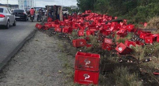 Vídeo: Carreta com carga de cerveja tomba no Recife; Pedestres saqueiam bebidas