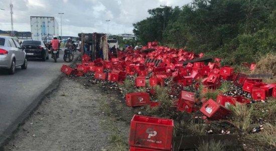 A carga ficou espalhada no acostamento da rodovia