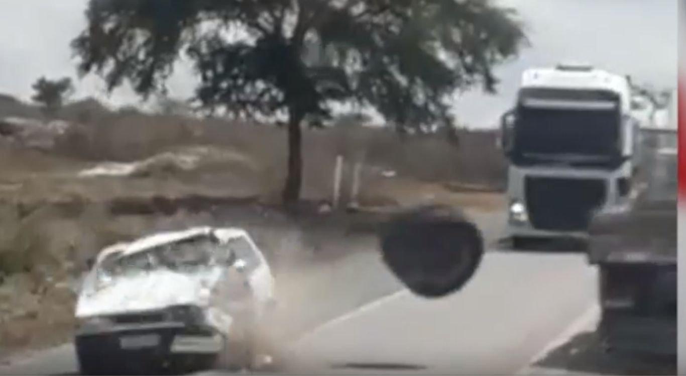 O carro ficou praticamente destruído e os ocupantes foram encaminhados para unidade hospitalar