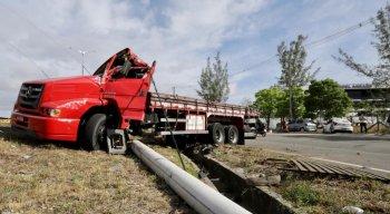 Caminhão tomba na BR-101 Norte