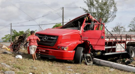 Caminhão carregado de laranjas capota na BR-101