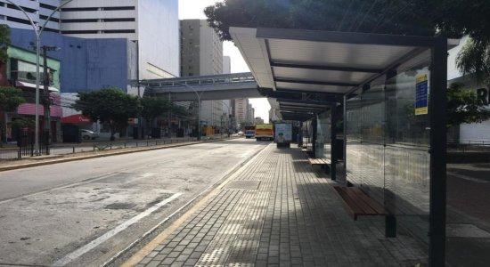Homem é esfaqueado e assaltado em parada de ônibus no Centro do Recife