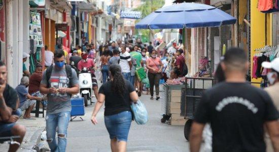 Movimentação nas ruas do centro do Recife, na véspera de Natal
