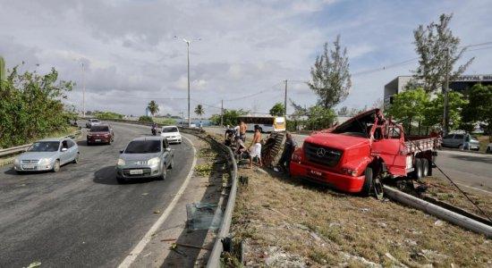 Caminhão carregado com laranjas tomba na BR-101, em Paulista, e a carga é saqueada