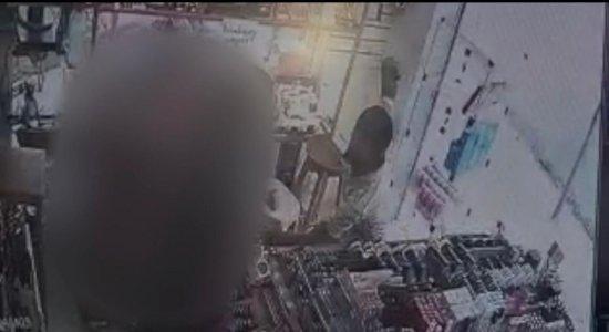 Dois homens são presos após praticar assalto em Caruaru; veja vídeo