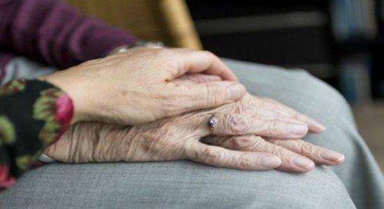 Levantamento do Dieese aponta que mais de 80% dos idosos estão expostos à covid-19 dentro de casa em Pernambuco