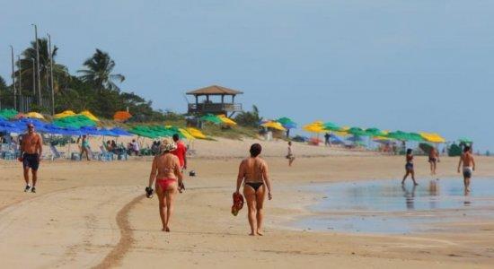 Em manhã de Natal, banhistas aproveitam praia de Boa Viagem; previsão é de tempo firme