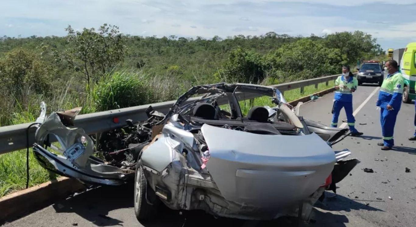 Segundo informações repassadas pelo Corpo de Bombeiros, o carro teria invadido a faixa contrária colidindo frontalmente com um caminhão-baú