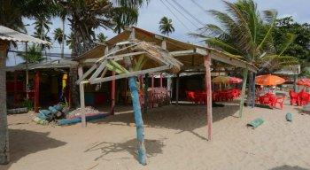 A mulher foi morta a tiros em uma bar na praia de Maria Farinha, no Litoral Norte de Pernambuco