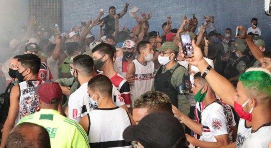 Torcedores do Santa Cruz se aglomeram para receber jogadores no aeroporto