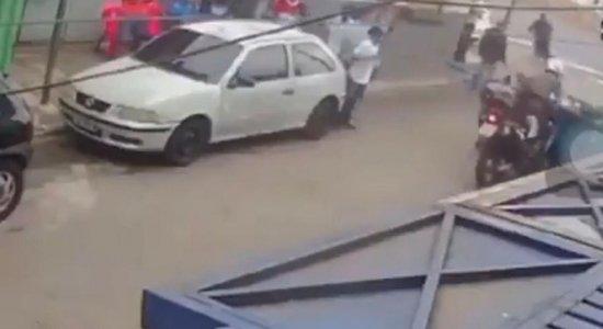 Moradores impedem perseguição policial com caçamba de lixo; veja vídeo