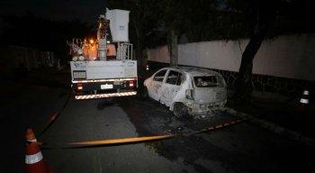 O incidente gerou um incêndio. O fogo chegou a atingir um dos pneus de um veículo que estava estacionado na rua