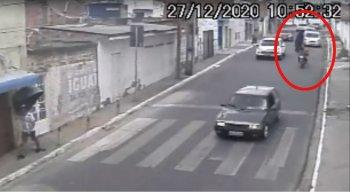 A tampa atingiu o motociclista no meio da rua
