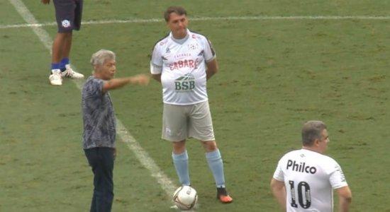 Após marcar gol em jogo beneficente, Bolsonaro leva tombo e viraliza; veja vídeo