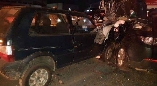 Acidente entre caminhão, três carros e uma moto deixa mulher morta e feridos na BR-101