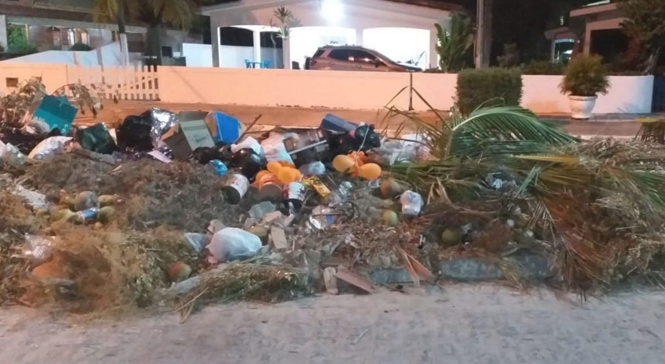 Fotos enviadas até à redação doNE10 Interior mostram o acúmulo grande de dejetos jogados nas ruas do Bairro Inabi