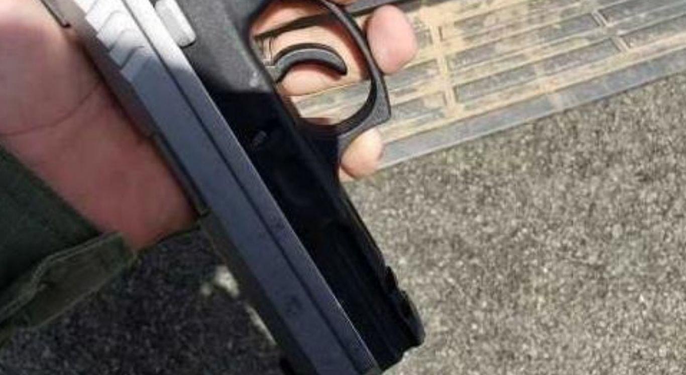 Com ele, a Polícia Militar apreendeu uma pistola ponto 40
